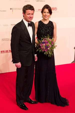 Фото №16 - 15 примеров, когда королевские особы надевали одно и то же вечернее платье несколько раз