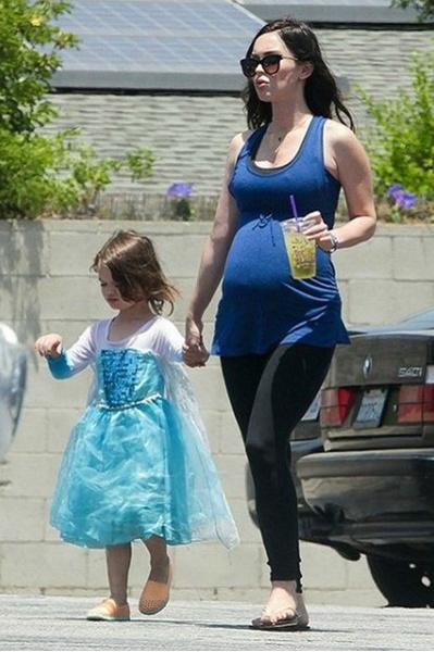 Фото №1 - Гормоны шалят? Меган Фокс нарядила сына в платье принцессы