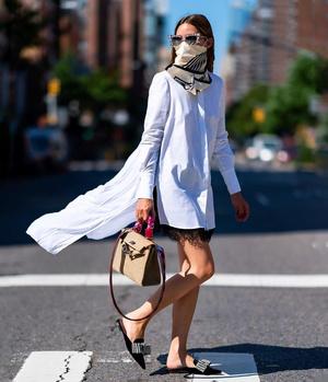 Фото №2 - Два актуальных способа носить шелковый платок