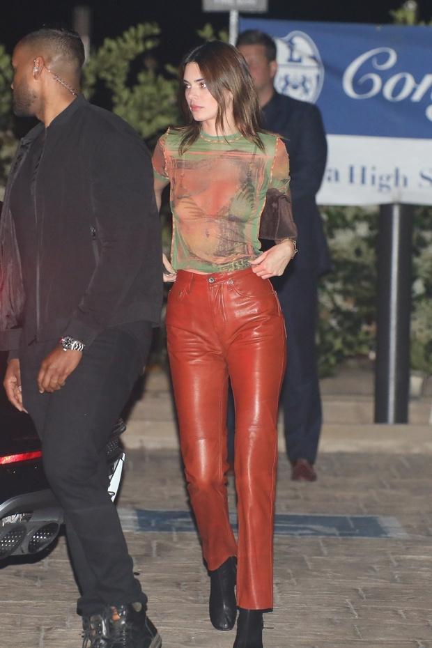Фото №1 - Яркие кожаные брюки летом— однозначно ДА! Кендалл Дженнер одобряет