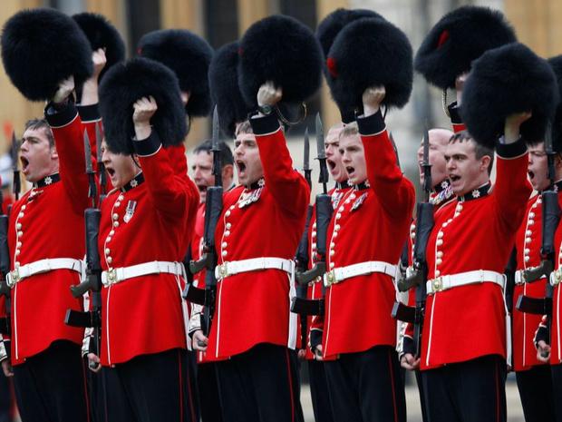 Фото №3 - Медвежьи шапки и обмороки «по протоколу»: 10 интересных фактов о Королевской гвардии