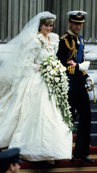 Фото №14 - От Елизаветы II до принцессы Беатрис: в каких туфлях выходили замуж принцессы