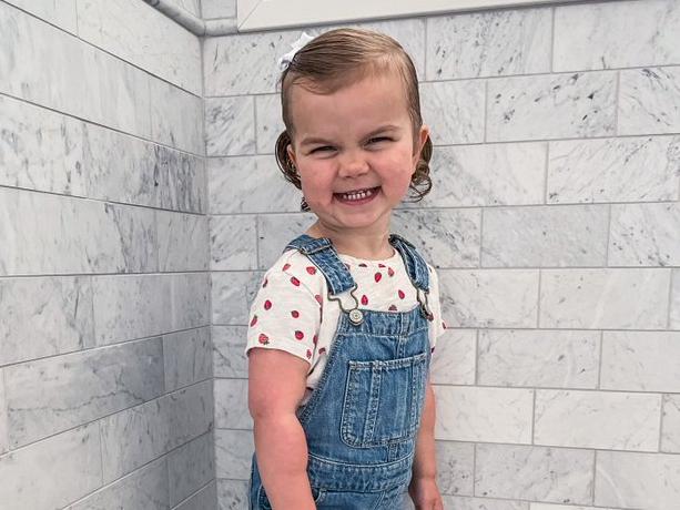 Фото №1 - 2-летняя девочка играет в куклы, которые напугают любого взрослого— видео