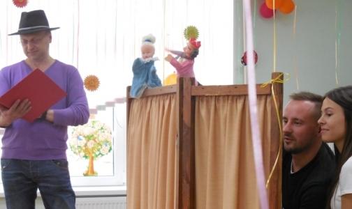 Фото №1 - В Дом ребенка приехали стоматологи без бормашины — с куклами и зубными щетками