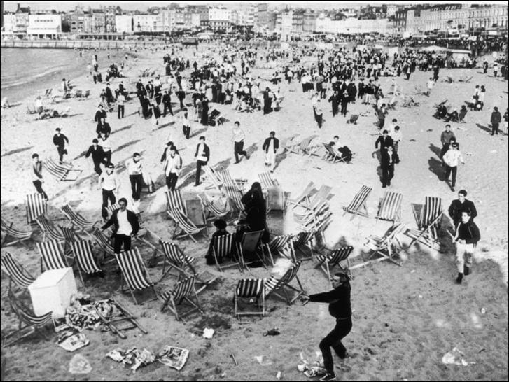 Фото №1 - История одной фотографии: массовая драка рокеров и модов на пляже, 1964 год