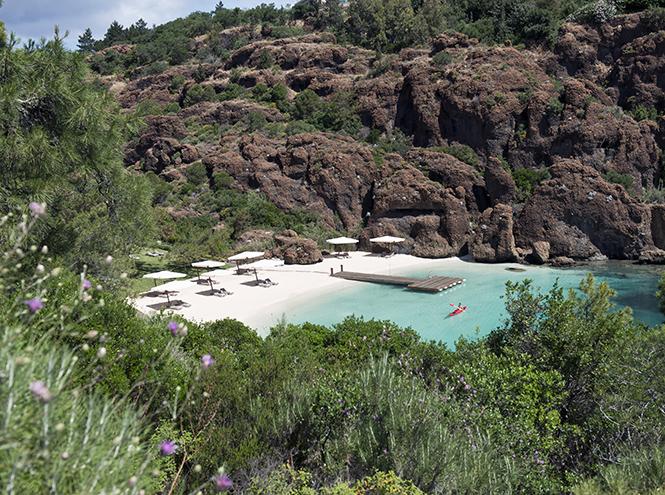 Один из пяти пляжей D-Hotel Maris на полуострове Датча в Юго-Западной Турции с действующим филиалом фитнес-клуба Bodyism