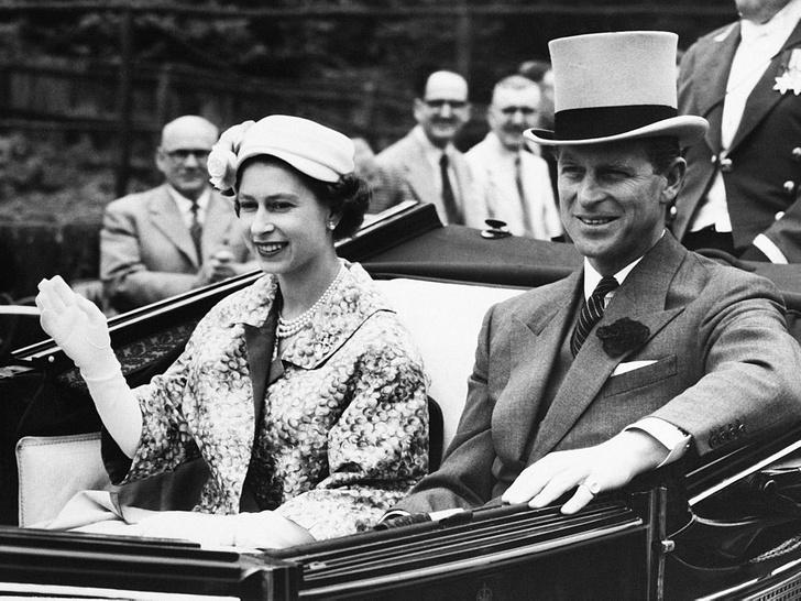 Фото №5 - История одного фото: как Королева и принц Филипп отмечали 10-ю годовщину свадьбы