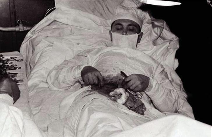Фото №2 - Спасение утопающих… 5 историй людей, которым пришлось делать операцию самим себе