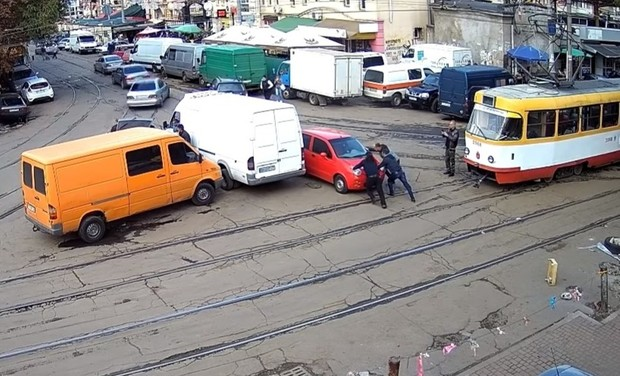 Фото №1 - Одесситка так припарковалась, что люди два часа двигали туда-сюда ее машину, чтобы проехать (гомерическое видео)