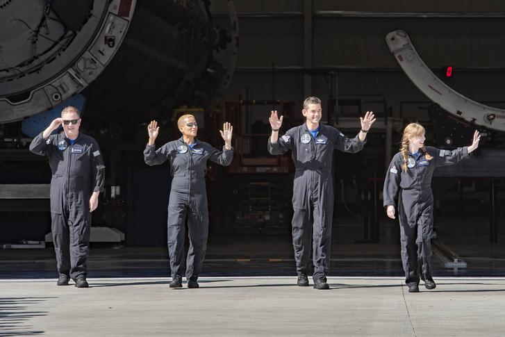 Фото №1 - SpaceX впервые запустила в космос астронавтов-непрофессионалов