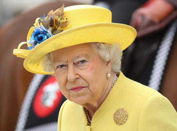 Фото №25 - Как отличить Королеву: каблук 5 см, сумка Launer, яркое пальто и никаких брюк