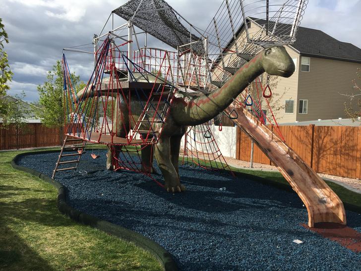 Фото №15 - Отец своими руками построил детям 14-метрового динозавра— детскую площадку (фото и видео)