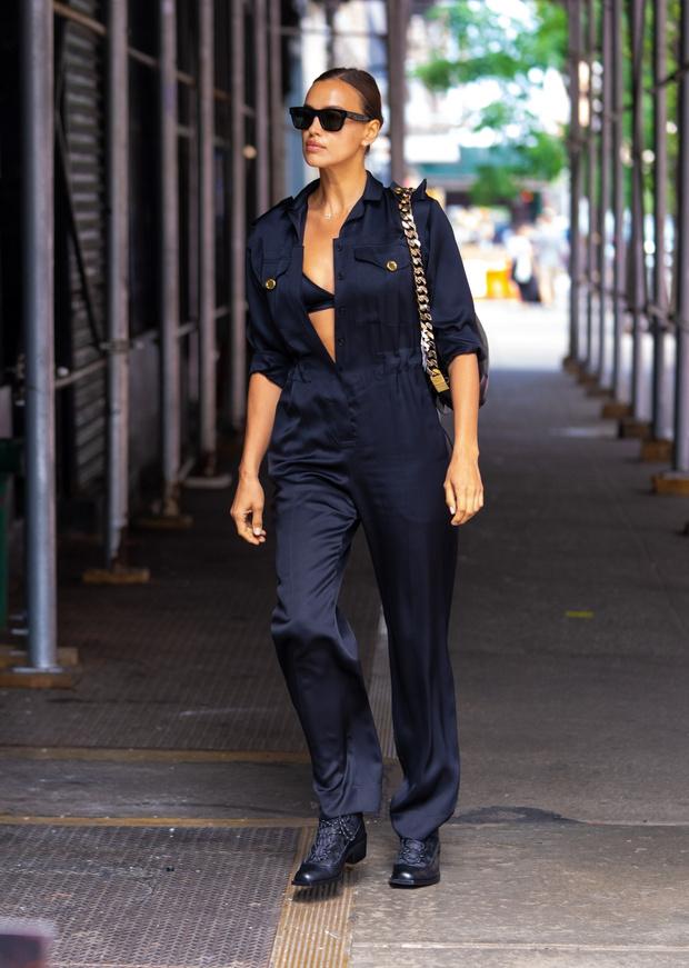 Фото №2 - Врываемся в эту пятницу сексуально, как Ирина Шейк: модель в черном бра и расстегнутом комбинезоне