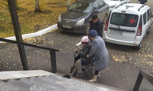 Фото №1 - «Я привыкла»: россиянка в инвалидном кресле вынуждена заползать в больницу на коленях