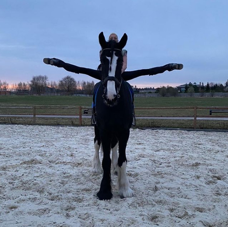 Волочкова делает шпагат на коне