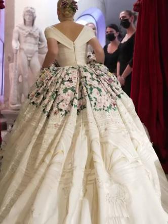 Фото №13 - Королевский размах: шесть свадебных платьев леди Китти Спенсер