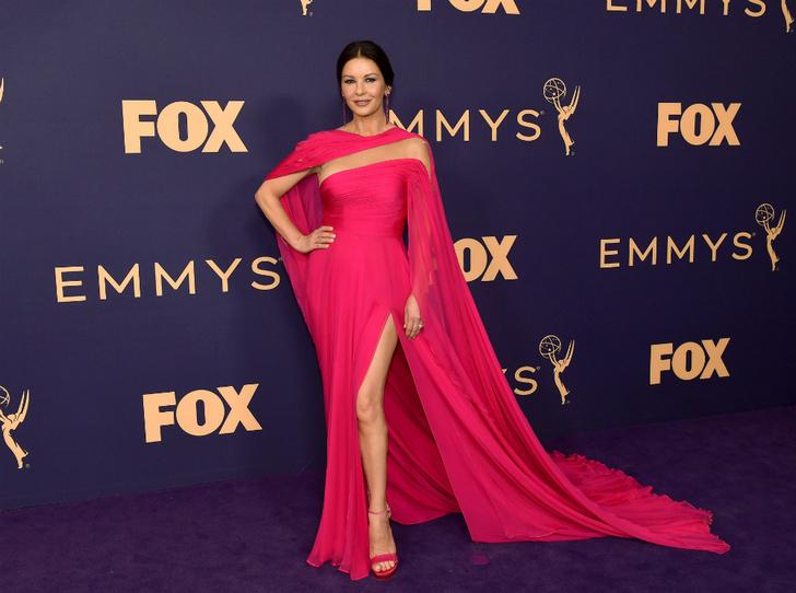 Фото №2 - «Эмми»-2019: лучшие наряды звезд на ковровой дорожке церемонии