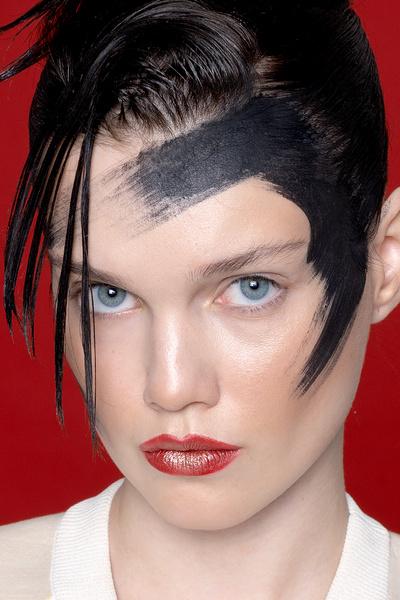Фото №3 - Смелый макияж для супердевчонок: 3 идеи по мотивам «Капитана Марвел»
