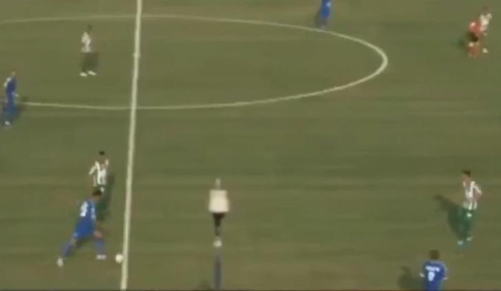 Фото №1 - Гол-загадка: футболист феноменально забил с центра поля. Игрок уровня Руни или он это не нарочно? (видео)