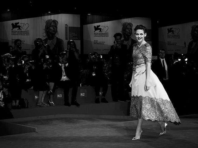 Фото №1 - Образ дня: Кристен Стюарт на премьере фильма «Равные»