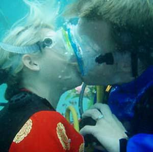 Фото №1 - Во Вьетнаме сыграли свадьбу под водой