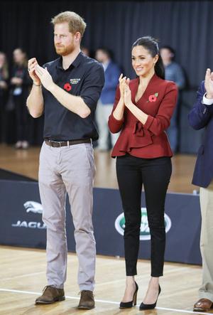 Фото №28 - Скрытые смыслы: что означали наряды Меган Маркл в первом зарубежном туре