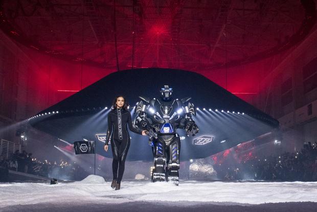 Фото №1 - Ирина Шейк прошлась по подиуму с настоящим роботом