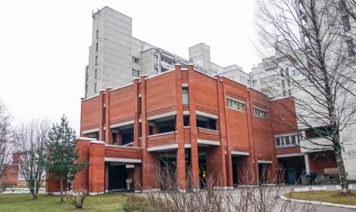 Фото №1 - Городскую больницу №2 освобождают — готовятся к наплыву пациентов с ОРВИ и пневмониями