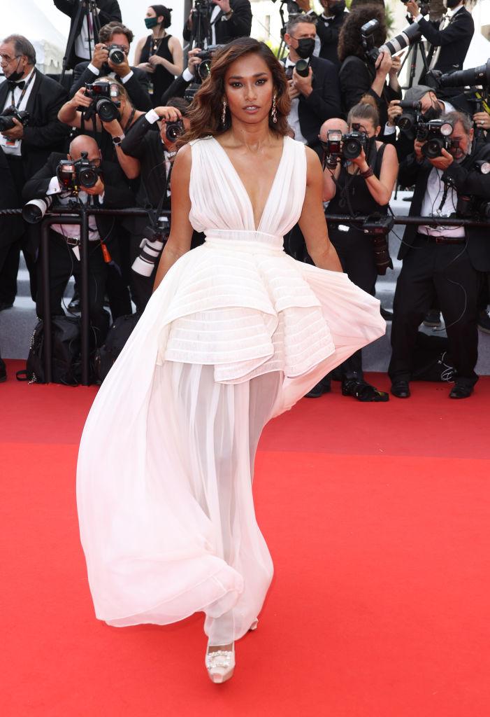 Фото №3 - 3 самых эффектных платья посланниц красоты L'Oreal Paris: показывают Лума Гроте, Су Джу Пак и Нидхи Сунил