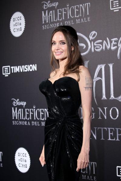 Картинки по запросу Анджелину Джоли  накладная грудь