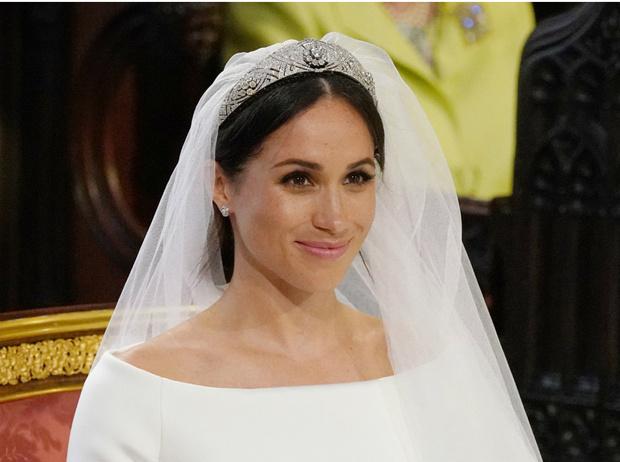 Фото №3 - Что Королева хотела сказать Гарри и Меган своим нарядом на их свадьбе