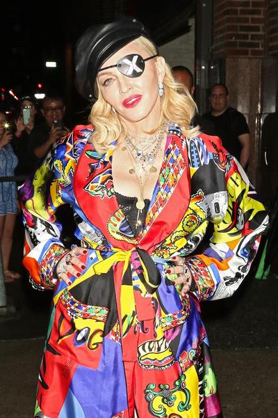 Фото №1 - В 61 год Мадонна в микрошортах села на шпагат