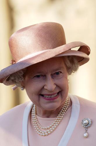 Фото №9 - Какое украшение Елизавета II носит практически постоянно (но вы не замечали)