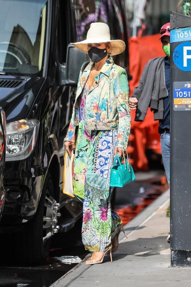 Фото №1 - «Тропический» комбинезон Versace и соломенная шляпа: смелый образ Дженнифер Лопес, от которого невозможно оторваться