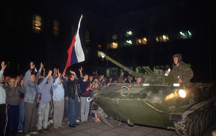 Фото №1 - Вспоминаем, что творилось на улицах Москвы во время путча 1991 года (много фото)
