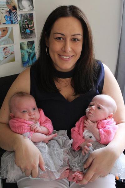 Фото №1 - Новорожденная девочка спасла от гибели свою сестру-близняшку