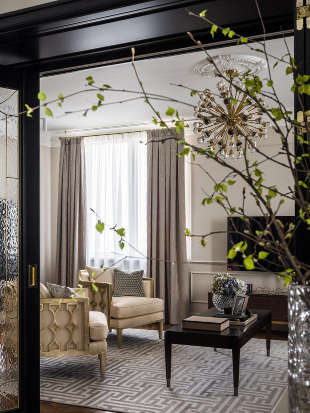 Фрагмент гостиной. Кресла, Caracole. Шторы, студия «Времена года». Ковер, салон Art de Vivre.