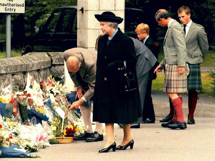 Фото №2 - Сын против матери: почему смерть Дианы рассорила Королеву и принца Чарльза