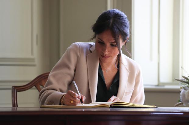 Фото №1 - Ссоры с королевой, шутки над унылой сексуальной жизнью Кейт: что скрывает тайный дневник Меган Маркл