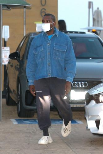 Фото №3 - Классическая джинсовка — вещь вне времени: доказывает Канье Уэст