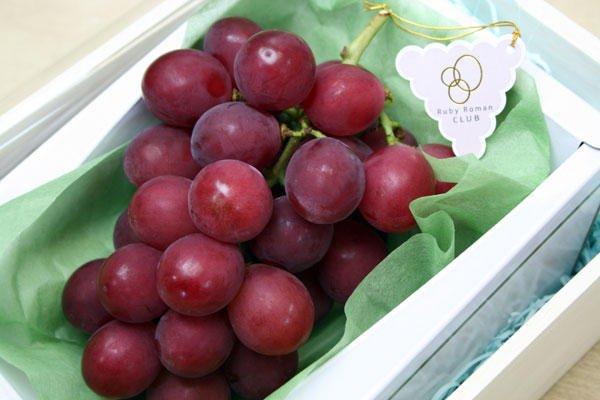 Фото №2 - Угощайся: самый дорогой виноград в мире, который стоит 11 000 долларов за гроздь