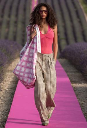 Фото №7 - Объем имеет значение: с чем носить оверсайз-сумки (и где искать самые модные)
