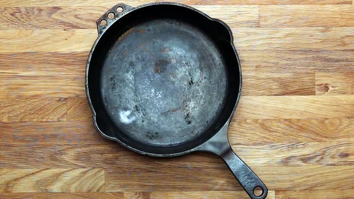 Фото №1 - Три способа отмыть чугунную сковороду, не испортив себе нервы