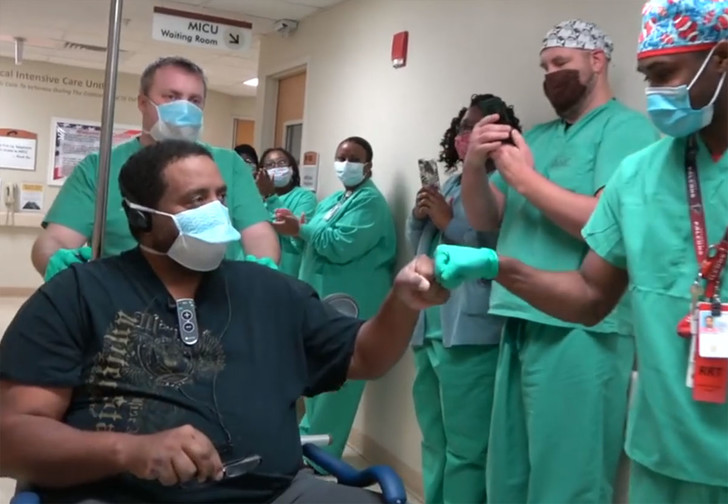 Фото №1 - Работники госпиталя всей больницей торжественно провожают первого вылечившегося от коронавируса (видео)