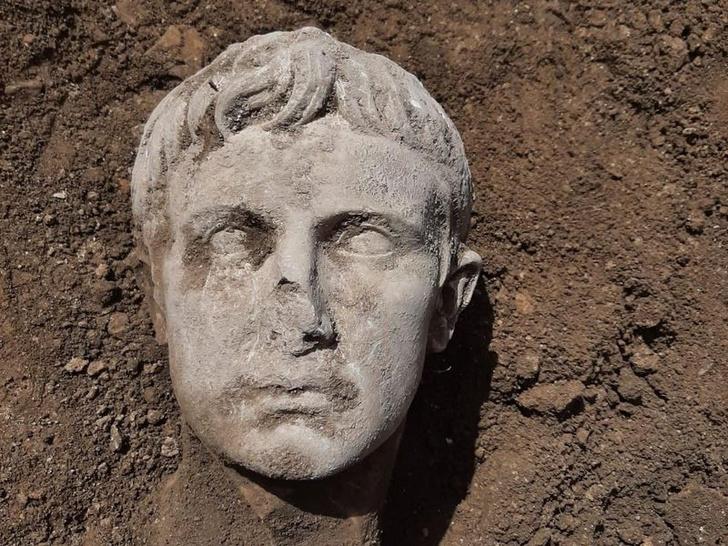 Фото №1 - В Изернии обнаружен бюст первого римского императора