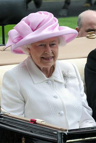 Фото №29 - Делайте ставки, господа: шляпки Королевы на Royal Ascot