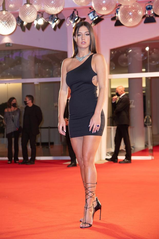 Фото №1 - Самая дерзкая в Венеции: парижанка Адель Экзаркопулос в максимально провокационном мини-платье и очень смешном кино