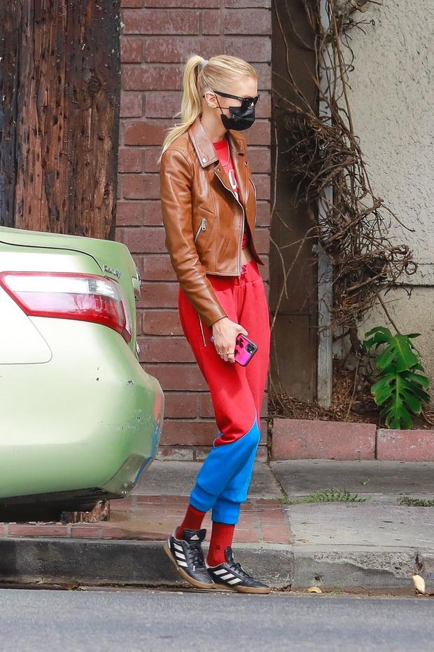 Фото №1 - Красные брюки— секретное оружие Стеллы Максвелл, которое заставляет прохожих оборачиваться