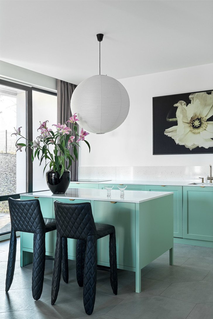 Кухня. Светильник Akari, дизайн Исаму Ногучи, Vitra. Барные стулья Monster, дизайн Марселя Вандерса, Moooi.