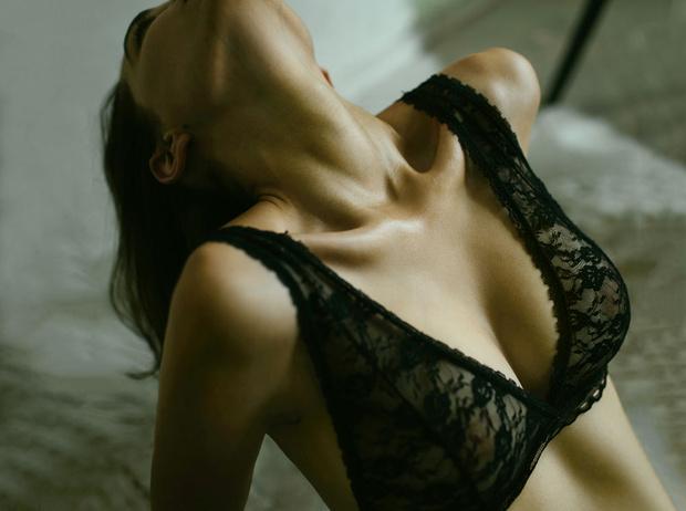 Фото №1 - Идеальная грудь без операций: советы, правила и предостережения
